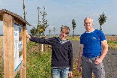 Antje Heinemann und René Ziegenhagen von der Nabu-Gruppe Topfseifersdorf bei Städten, wo weitere Obstbäume gedeihen sollen.