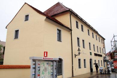 Im Silbermann-Haus am Schlossplatz befindet sich neben der Tourist-Information auch der Sitz der Gottfried-Silbermann-Gesellschaft.