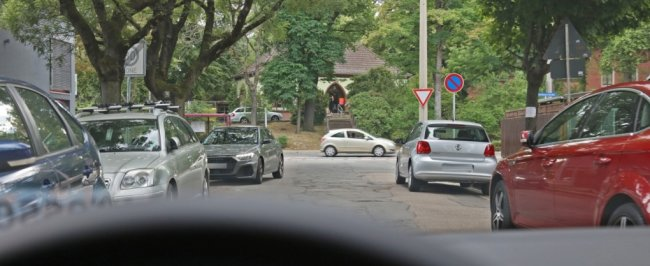 Parkende Autos behindern anderen Kraftfahrern die Sicht.