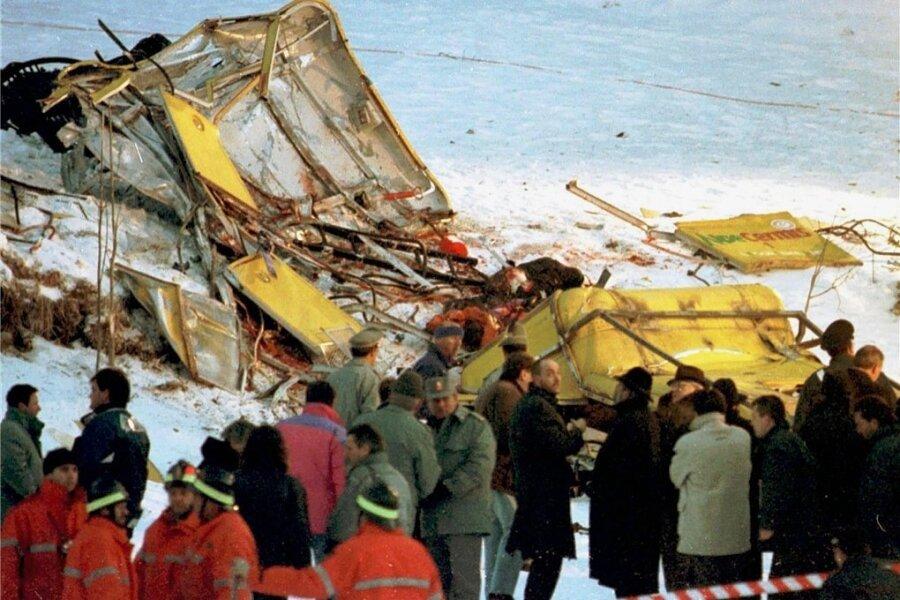 Blut im Schnee nach dem Seilbahnunglück am 3. Februar 1998 in Cavalese. Unter den 20 Opfern waren acht Deutsche - sieben Urlauber aus dem Burgstädter Raum und ein Münchener.