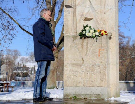 Anlässlich des 76. Jahrestages der Befreiung des Konzentrationslagers Auschwitz-Birkenau hat Flöhas OB Volker Holuscha am Mittwoch ein Blumengebinde am Ehrenmal der Opfer des Faschismus in Flöha niedergelegt.