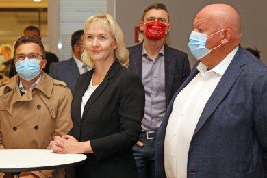 Carsten Körber, Kathrin Köhler und Fraktionschef Thomas Beierlein (von links) verfolgen die Auszählung.