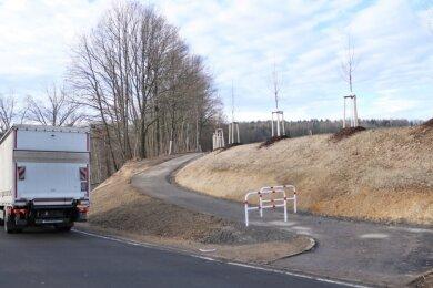 Der neue Gehweg in Flöha-Plaue, der in Richtung Waldfriedhof führt. Hier die Querung der B 180.