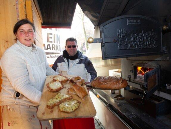 Britt und Silvio Jürgens bieten an ihrem Stand in der Plauener Innenstadt bis kommenden Dienstag noch knusprig-warme Holzofen-Produkte an. Ihr Umsatz ist in diesem Jahr stark eingebrochen.