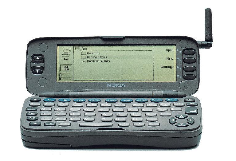 Der Nokia Communicator 9000 gilt als erstes Smartphone und wurde ab dem 15. August 1996 in Deutschland verkauft. Das Gerät hatte einen Webbrowser, konnte Faxe und E-Mails verschicken.