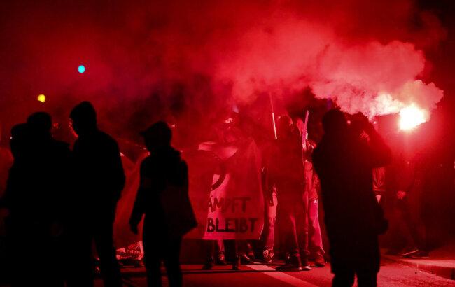 Teilnehmer einer Demonstration ziehen durch den Stadtteil Connewitz in Leipzig.