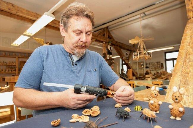 Volker Krämer bei den Vorbereitungen für seine Erzhammer-online-Werkstatt. Sie startet am heutigen Mittwoch um 18 Uhr. Wer den Termin verpasst, kann die Videos auch später noch anschauen.