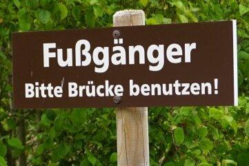 Sicherer als der direkte Übergang über die B 283 an der Passhöhe ist der Weg über die Loipenbrücke ...
