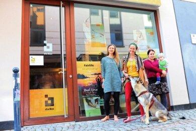 Johanna Georgi, Kerstin Bucher mit Therapiehund Aya und Katrin Klinge(v. l.) bieten im Geschäft Kräuterkurse und Seifen-Workshops an.