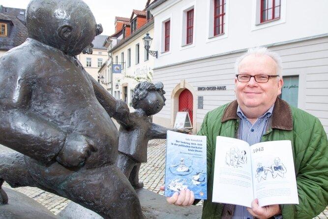 """Autor Lutz Kowalzick mit seinem neuen Buch """"Der Seekrieg 1939-1944 in der politischen Karikatur Erich Ohsers""""."""