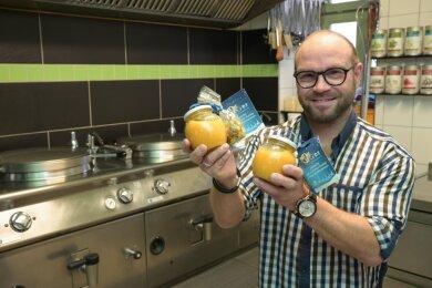 800 Gläser mit Kürbissuppe haben Uwe Probst und seine Köche beim Schulessenlieferanten Fresh4Kids für Grundschüler zubereitet. Der Betrieb in Limbach-Oberfrohna beliefert insgesamt 13 Kindergärten und Schulen in der Region.