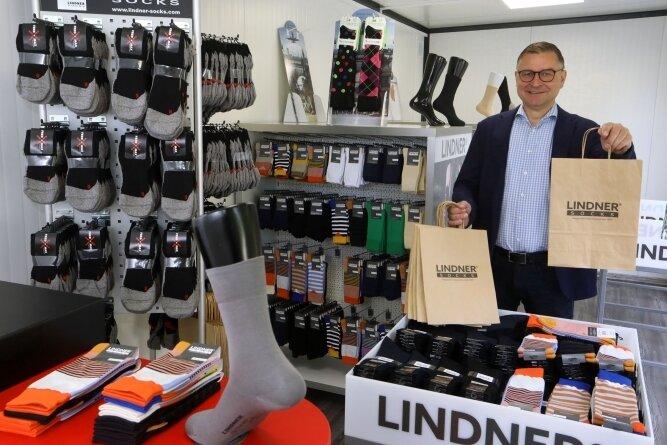 """Der Verkauf in der """"Sockenbox"""" ist am Mittwoch gestartet. Thomas Lindner führt die Geschäfte des Strumpfwerkes Lindner in vierter Generation. 1912 zog die Firma an die Goldbachstraße. Mit Blick in die Zukunft widmet sich das Unternehmen aktuell verschiedenen Innovation."""