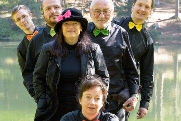 Die Swinging Accordions aus Klingenthal mit Mona Schlosser (vorn), Sängerin Yvonne Deglau sowie Samuel Horn, Kay Piesendel, Detlef Dähn und Richard Wunderlich (hinten, von links).