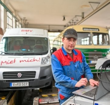 Kfz-Mechatroniker Bert Olschewski in der Werkstatt, die weiterbetrieben wird.