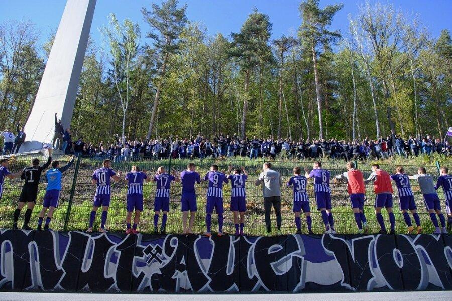 Ende Mai versammelten sich nach einem Spiel des FCE die Fans hinter dem Stadion im Wald. Verantwortliche wie Anhänger drängen darauf, die Spiele wieder live im Stadion sehen zu können.