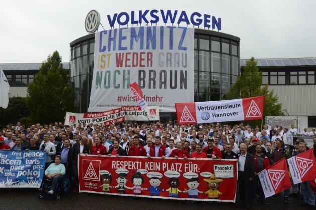 VW-Mitarbeiter setzen Zeichen gegen Rassismus