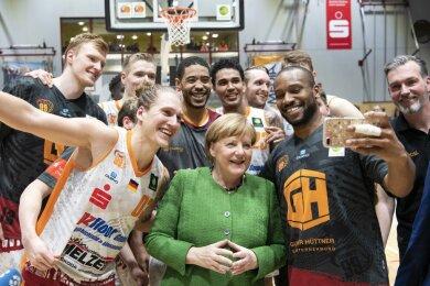 Die Kanzlerin genoss schon 2019 die Atmosphäre in der Halle sehr und machte damals nach dem Spiel sogar Fotos mit den Chemnitzer Spielern.
