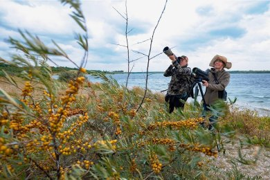 Der 18-jährige Hobby-Ornithologe Erik Eckstein und die Biologin Heike Franke erkunden mit Kamera und Spektiv die Vogelwelt am Werbeliner See bei Leipzig. Bei den öffentlichen Exkursionen, die die Verwaltung des Naturschutzgebietes anbietet, hilft der Schüler ebenfalls ehrenamtlich mit.