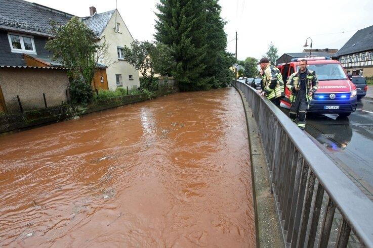 An der Bundesstraße 180 in Oberlungwitz fehlten nur noch zehn Zentimeter, bis der Lungwitzbach auf die Straße getreten wäre.