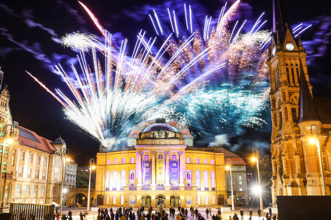 Mit einem Feuerwerk auf dem Opernhaus am Theaterplatz feierten die Chemnitzer die Ernennung als Kulturhauptstadt 2025.