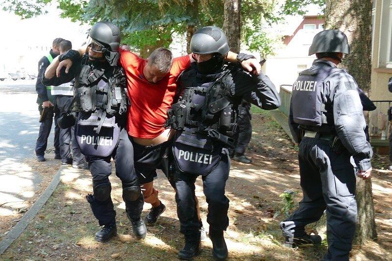 Polizei und Rettungsdienst haben am Mittwoch in Mittweida das Verhalten in lebensbedrohlichen Einsatzlagen geübt.