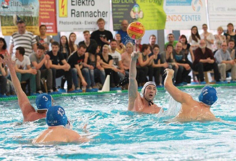 Wasserball ist ein Zuschauermagnet in Plauen geworden. Im Schnitt 500 Fans verfolgen die Auftritte des Teams im Stadtbad. Der gebürtige Plauener Stephan Roßner (weiße Kappe) gehört seit Jahren zur Mannschaft.