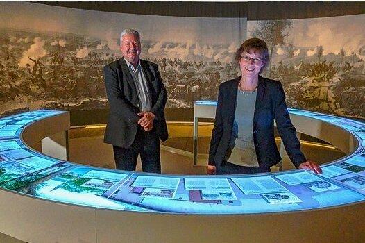 Die Kuratoren der Ausstellung Gerhard Bauer und Katja Protte inmitten von Infotafeln zu dem monumentalen Panorama von Louis Braun von 1883.