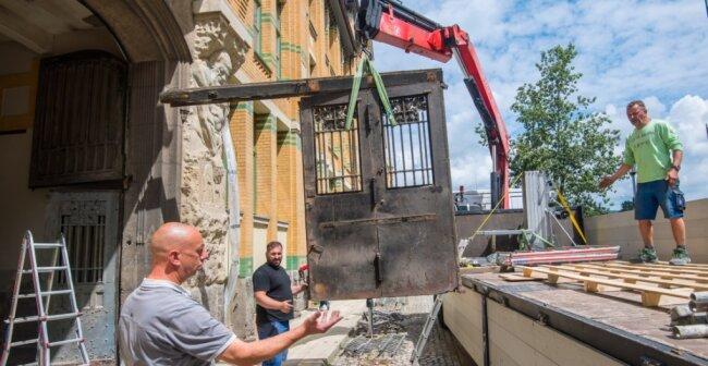 Mit Hilfe eines Kranes ist das tonnenschwere historische Eingangstor des Wellner-Hauptgebäudes an der Marie-Müller-Straße in den vergangenen Tagen ausgebaut worden.
