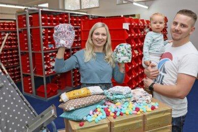 Susann Großer mit Lebensgefährte Alex Köhler und Sohn Lenny in ihrer Firma No Waste Wrapping, was so viel heißt wie Verpacken oder Wickeln ohne Müll. Hier gibt's unter anderem waschbare Windeln und Feuchttücher.