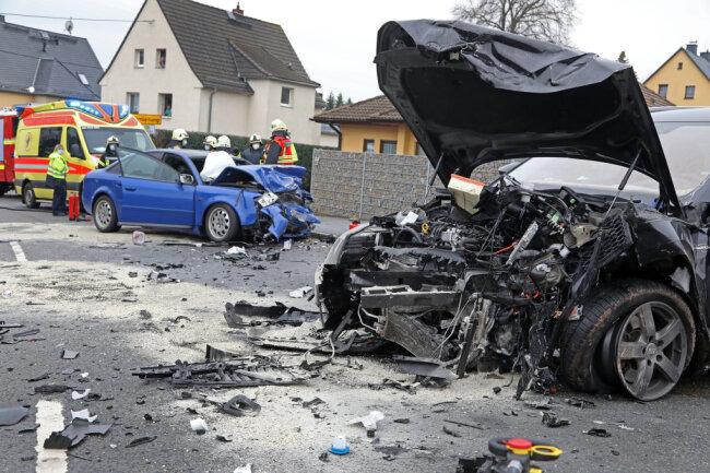 Die beiden Autos wurden bei dem Zusammenstoß schwer beschädigt.