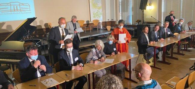 Bürgermeister, Schulleiterinnen und Schulleiter, Vertreter von Universitäten und des Freistaates haben am Donnerstag am Chemnitzer Karl-Schmidt-Rottluff-Gymnasium eine Kooperationsvereinbarung für die Chemnitzer Region unterschrieben.