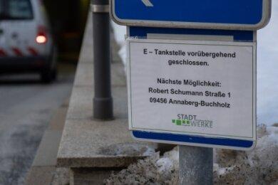 Vor Ort weisen Hinweisschilder auf die defekte Ladestation für Elektro-Fahrzeuge in der Tiefgarage unter dem Annaberger Markt hin. Aber das ist für manchen zu spät, sagt ein Nutzer.