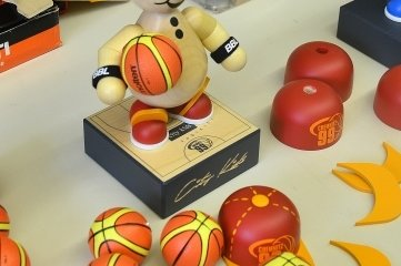 """Ein Magnet sorgt dafür, das die Figur den Basketball """"in der Hand halten"""" kann."""