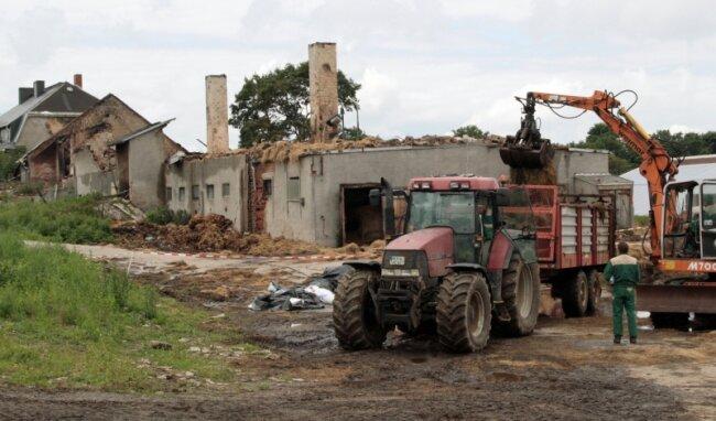 Nach dem Brand wurde am Montag aufgeräumt. Heureste aus dem ausgebrannten Gebäudekomplex wurden auf die Felder gebracht.
