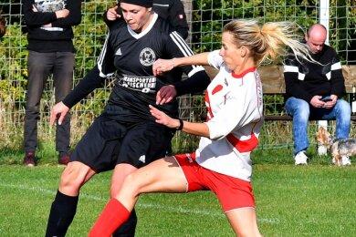 Kampf um den Ball: Die Auerswalderin Simone Esper (r.) versucht gegen TSV-Spielerin Sophie Schmiedel zu klären. In der vergangenen Saison erzielte Esper beim 3:2-Sieg in Falkenau alle drei Treffer.