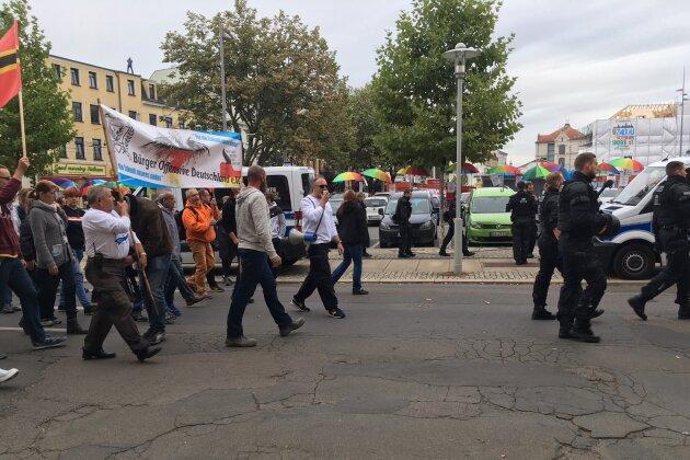 Der Tross der Bürgeroffensive Deutschland kam auch am Neumarkt vorbei, wo er auf die Teilnehmer der Gegenveranstaltungen traf.