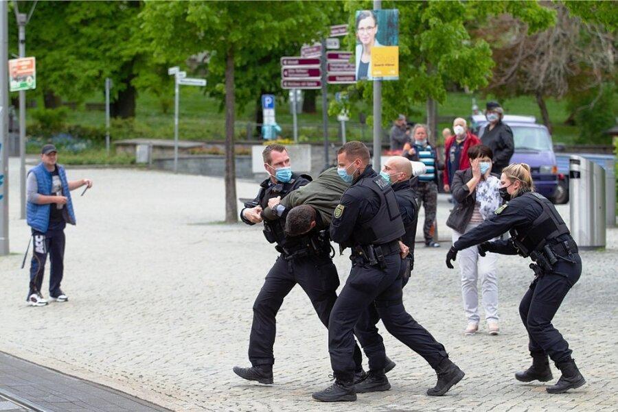 """Im Anschluss an eine Kundgebung des Plauener OB-Kandidaten Thomas Kaden (""""Freie Sachsen"""") kam es am Montag zu einer Auseinandersetzung zwischen Versammlungsteilnehmern und der Polizei. Ein Mann wurde zu einem Polizeifahrzeug getragen."""
