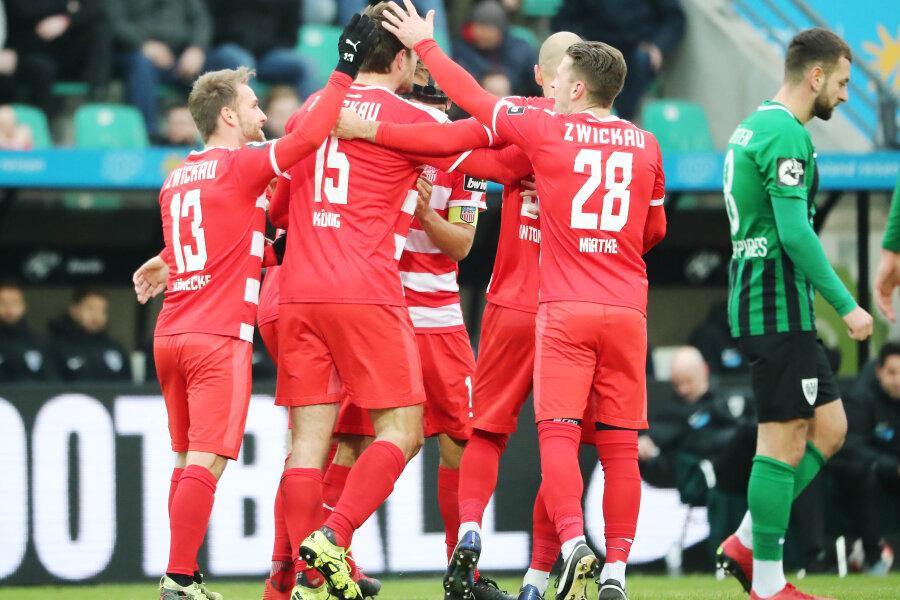 Torjubel nach dem Treffer zum 0:2 durch Torschütze Ronny König.