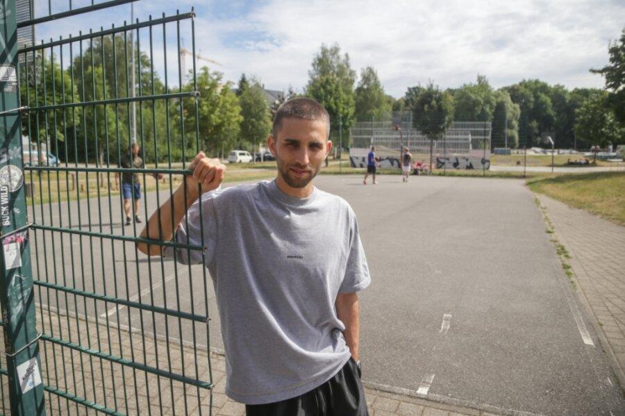 Das Basketballfeld am Konkordiapark ist 17 Jahre alt. Wegen des Asphaltuntergrunds bestehe Verletzungsgefahr, sagt Andre Zimpel. Er setzt sich für einen Neubau ein - mit einem Video, in dem sogar die Niners auftreten.