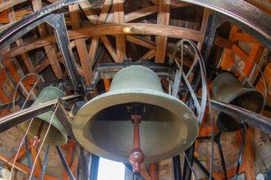 Die mittlere und große Glocke können derzeit nicht erklingen. Festgestellte Schäden waren derart gravierend, dass ein Absturz während des Läutens nicht auszuschließen ist.