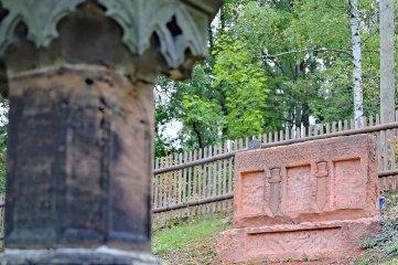 Die Restaurierung des Kriegerdenkmals hat begonnen.