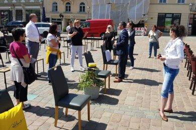 Erneut haben am Freitagmittag auf dem Plauener Altmarkt mehrere Gastronomen und Hoteliers aus der Region auf ihre schwierige Lage während der Pandemie hingewiesen.