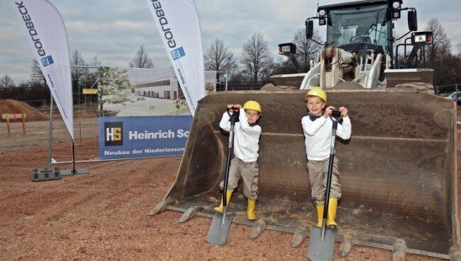 Diesmal hatten die Kinder das Sagen: Winnie Knechtel und Rafael Seifert (von links) - Kinder von Firmenmitarbei-tern - beim ersten Spatenstich für den neuen Firmensitz der Heinrich Schmid GmbH Zwickau.