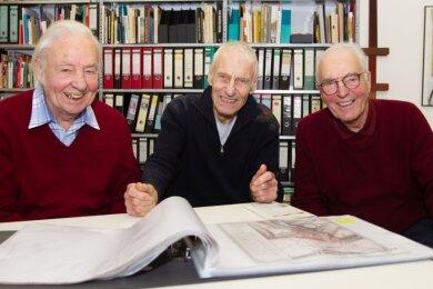 Ihr Interesse am Geschehen rund um das Weisbachsche Haus, das ab 2023 als modernes Spitzen- und Textilzentrum einladen soll, ist unbändig groß: Hans, Claus und Bernhard (von links) mit Bauplänen. Die Brüder beobachten, was vor sich geht in der Elsteraue.