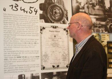 """<p class=""""artikelinhalt"""">Allein: Museumschef Uwe Meinig beim Korrekturlesen.</p>"""