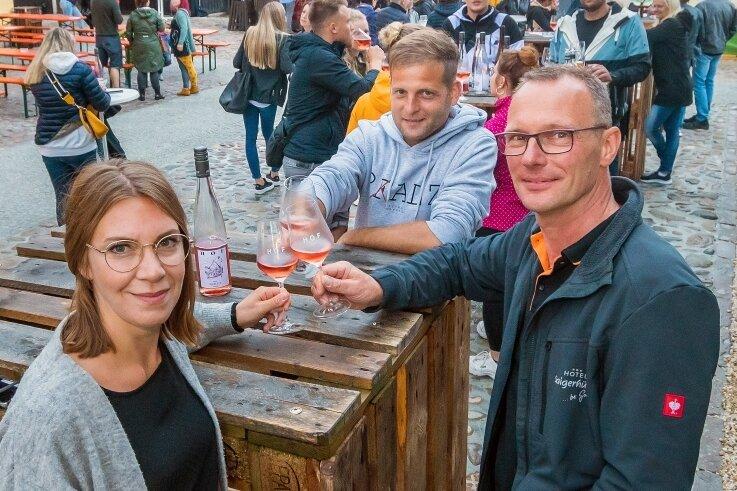 Hotelier Markus Gorny (r.) stieß zu Beginn des Weinfestes am Freitagabend mit den Winzern Philipp und Stephanie Hof an. Die beiden Pfälzer beteiligten sich schon mehrfach an der Veranstaltung in der Saigerhütte.