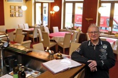 """Joachim Wölfer stand 42 Jahre hinter dem Tresen - erst in der Kleingartenanlage """"Huckel"""" und dann im """"Mühlenschlösschen""""."""