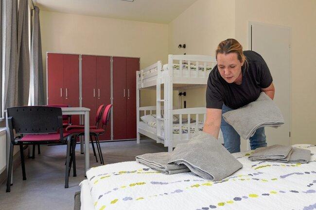 """Cornelia Gerhold leitet das Hostel """"Gleisbett"""". Sie ist die Tochter des Investors und aus Berlin ins Erzgebirge gezogen."""