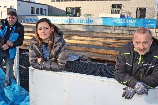 Könnten jederzeit auf der Eisbahn loslegen, warten aber noch auf grünes Licht: Jens Hölig, Sandra Gierth und Uwe Reinisch (von links).