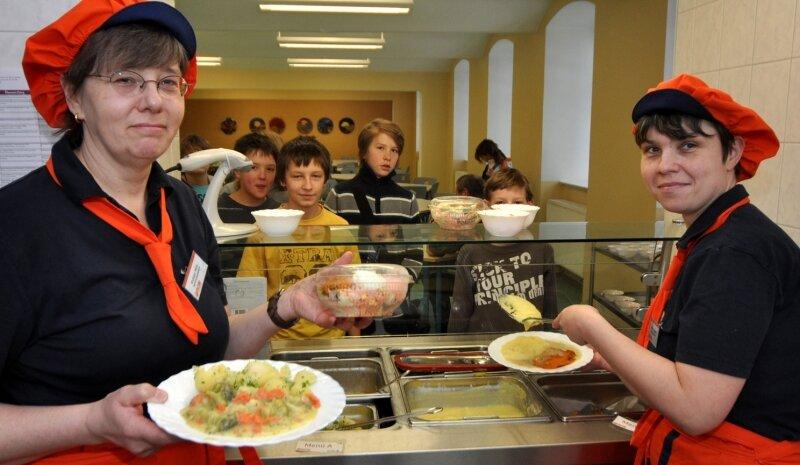 """<p class=""""artikelinhalt"""">Die Seminarschule Auerbach hat sich für einen neuen Anbieter bei der Schulspeisung entschieden. Petra Krutzger (links) und Mandy Gießbach geben das Essen aus. </p>"""